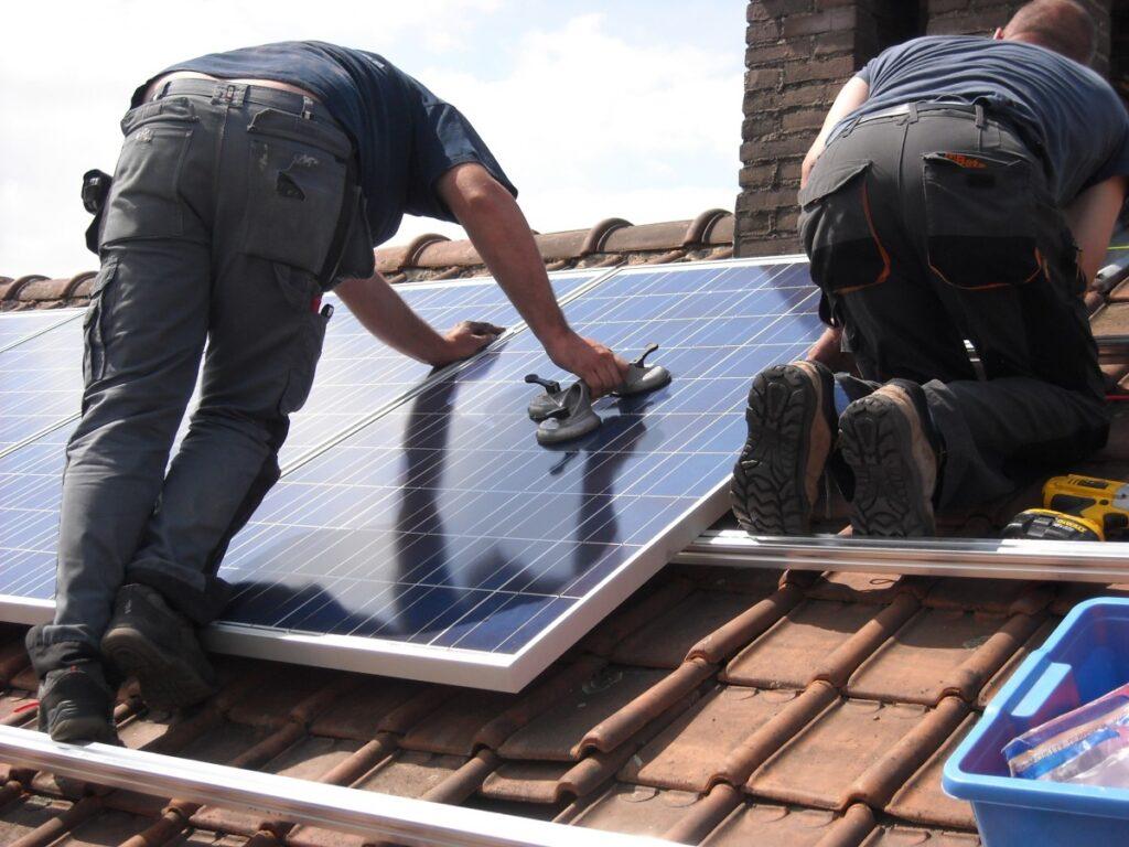 instalando placas solares en un tejado